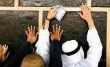 Seorang jamaah berdoa di dekat Kabah saat melaksanakan tawaf.