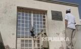Seorang jamaah haji asal Turki tengah mengamati salah satu bangunan masjid yg terkunci di komplek masjid Khandaq di Madinah, Arab Saudi, Senin (26/9).