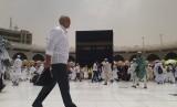 Seorang jamaah haji melintas di pelataran Ka'bah, Masjid Al Haram, Arab Saudi, Selasa (16/7) siang. Pada saat siang hari, terjadi peristiwa istiwa atau posisi matahari tepat di atas Ka'bah.