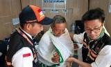 Kemenkes Masih Proses Rekruitmen Petugas Kesehatan. Foto: Seorang jamaah haji mendapat pertolongan pertama berupa pemasangan bidai dari personel Tim Gerak Cepat (TGC) Kemenkes di Pos Sektor Khusus Masjid Al Haram, Makkah Rabu (24/7). Jamaah yang berasal dari embarkasi Makassar tersebut mengalami cedera tangan akibat terjatuh saat melakukan thawaf.