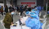 Seorang jurnalis asing (kiri) menjawab pertanyaan petugas kesehatan mengenai riwayat kesehatan sebelum disuntik vaksin COVID-19 dosis pertama di kawasan Museum Chaoyang Park, Beijing, China, Selasa (23/3/2021). Sedikitnya 160 jurnalis asing yang bertugas di Beijing dan ratusan diplomat mendapatkan suntikan vaksin buatan Sinopharm dalam program vaksinasi massal khusus untuk warga negara asing.