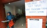 Seorang korban penipuan First Travel keluar dari kantor tim pengurus penundaan kewajiban pembayaran utang (PKPU) di Grand Wijaya Center, Jakarta, Jumat (8/9).