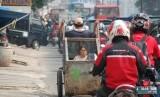 Seorang lelaki dari keluarga miskin mengangkut anak dan istrinya dengan gerobak. ilustrasi (Dok Republika)