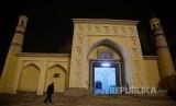 China Robohkan Dua dari Tiga Masjid di Xinjiang. Seorang lelaki Uighur memasuki Masjid Id Kah untuk melaksanakan shalat  di kota tua Khasgar, Daerah Otonomi Xinjiang Uighur, China.