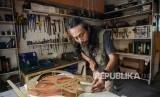Seorang 'luthier' (ahli perbaikan dan pembuatan alat musik senar), Ivan (46) menyelesaikan produksi Gitar custom berbahan logam di bengkel gitar iVee di Cibeureum, Cimahi, Jawa Barat, Selasa (12/2/2019).