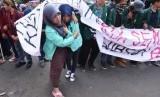 Seorang mahasiswa mengevakuasi temannya yang sakit saat berlangsungnya aksi demonstrasi memperingati Hari Kebangkitan Nasional (Harkitnas) di depan Istana Merdeka, Jakarta, Kamis (21/5). Aksi yang diikuti ribuan mahasiswa berbagai daerah itu sekaligus meny