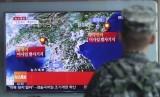 Seorang marinir Korea Selatan menyaksikan laporan mengenai uji coba nuklir Korea Utara melalui layar kaca di Stasiun Kereta Api Seoul di Seoul, Korea Selatan.