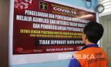 Seorang narapidana membaca pengumuman tentang pembebasan bersyarat dalam rangka pencegahan penyebaran wabah COVID-19 di Rumah Tahanan (Rutan) Kelas IIB Dumai di Dumai, Riau, Rabu (1/4/2020). Sebanyak 21 orang narapidana satu orang diantaranya seorang anak dibawah umur di Rutan Kelas IIB Dumai dibebaskan dengan status asimilasi yang pembebasan bersyaratnya sudah jatuh tempo dua pertiga masa pidana pada tahap awal pelaksanaan program pencegahan dan penanggulangan penyebaran wabah COVID-19 di Kemenkumham.