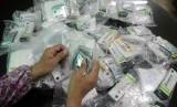 Seorang Panitia Pelaksana Ibadah Haji ONH plus tengah menyiapkan obat-obatan yang diperlukan jamaah calon haji (Ilustrasi)