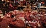 Seorang pedagang daging sapi menanti pembeli. (ilustrasi)
