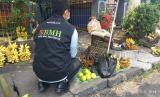 Seorang pedagang pisang di Pontianak, Kalimantan Barat, menerima bantuan sembako dari BMH.