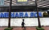 Seorang pejalan kaki melintas di depan gedung Menara BCA di kawasan Bundaran HI, Jakarta, Rabu (24/2)