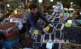 Seorang penjaga toko merapikan kotak kurma, buah favorit untuk bulan suci Ramadhan, di Teheran selatan, Iran, Senin (27/4). Di Iran, negara yang paling terpukul di Timur Tengah oleh virus Corona, semua pertemuan keagamaan, shalat berjamaah serta buka puasa bersama saat matahari terbenam, tetap dilarang di bulan Ramadhan dan juga tempat-tempat beribadah juga terus ditutup hingga Senin (4/5).