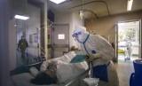 Seorang perawat mengecek kondisi pasien yang terjangkit virus corona.