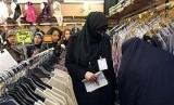 Seorang perempuan yang mengenakan cadar sedang berbelanja di sebuah pusat perbelanjaan di Eropa.
