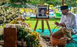 Seorang petakziah berdoa di dekat pusara Mohamad Hasan Gatot Soebroto (Bob Hasan) usai prosesi pemakaman, di kompleks Taman Makam Keluarga Pahlawan Nasional Jenderal TNI Gatot Soebroto, di lingkungan Paren, Kelurahan Sidomulyo, Kecamatan Ungaran Timur, Kabupaten Semarang, Jawa Tengah, Rabu (1/4).