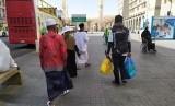 Seorang petugas haji membawakan barang belanjaan jamaah menuju pemondokannya di Madinah, Selasa (16/7). Di sela-sela waktu menanti shalat, sebagian jamaah memanfaatkannya untuk berbelanja di pasar dekat Masjid Nabawi.