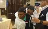 Seorang petugas haji menggendong jamaah risti saat tiba dari Madinah ke Makkah, Kamis (10/8)