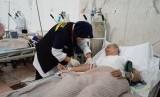 Seorang petugas kesehatan di Kantor Kesehatan Haji Indonesia (KKHI) Makkah sedang mengambil darah jamaah haji yang dirawat (Ilustrasi).