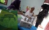Seorang petugas memberikan suntikan vaksin meningitis kepada calon jamaah haji.