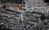 Seorang petugas mengamati tumpukan puing yang merupakan lantai bangunan sambil terus mencari korban selamat menyusul gempa 7,1 skala richter yang terjadi di Meksiko, Selasa (19/9).