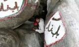Seorang peziarah berada di dalam Gua Hira yang terletak di puncak gunung Jabal Nur yang berlokasi di luar kota Makkah, Ahad (21/10).   (Hassan Ammar/AP)