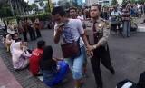 Seorang Polisi mengamankan copet yang beraksi pada hari bebas kendaraan bermotor (HBKB) di Kawasan Bundaran HI Jakarta, Minggu (15/1).