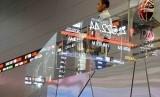 Seorang pria melihat monitor saham di Bursa Efek Indonesia, Jakarta (ilustrasi). Puluhan emiten di BEI melakukan buyback saham.
