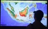 Seorang pria melihat peta titik api (hot spot) di Posko Kebakaran Lahan dan Hutan Kementerian Lingkungan Hidup dan Kehutanan, Jakarta, Selasa (22/9).