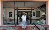 Seorang pria Muslim berdiri di depan Abbraar Masjid yang hancur akibat serangan massa di Kiniyama, Sri Lanka, Senin (13/5).