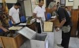 [Ilustrasi] Seorang saksi turut memeriksa kotak dan surat suara dari tempat pemungutan suara (TPS) saat rekapitulasi perolehan suara.