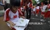Seorang siswa SD Gagas Ceria membacan buku saat acara Kaiaan Maca Gagas Ceria di Jalan Malabar, Kota Bandung, Jumat (3/3).