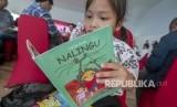 Seorang siswi Sekolah Dasar membaca buku komik tentang kebencanaan pada peluncurannya di Palu, Sulawesi Tengah, Selasa (19/6/2019).
