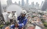 Seorang teknisi XL Axiata sedang melakukan pemeliharaan perangkat BTS (Base Transceiver Station) di sebuah tower yang berada di bilangan Bendungan Hilir, Jakarta Selatan, Jumat (13/7).