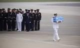 Seorang tentara membawa sebuah peti berisi sisa tentara Amerika Serikat (AS) yang tewas dalam Perang Korea di Pangkalan Udara Osan di Pyeongtaek, Korea Selatan, Jumat (27/7).