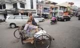 Seorang turis Belanda menaiki becak berkeliling kota tua Padang, Sumatra Barat, Senin (1/12).