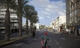 Seorang wanita Israel melintasi jalan di Tel Aviv, Israel. ilustrasi