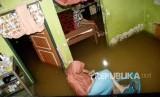 Warga yang terjebak banjir di dalam rumahnya (ilustrasi)