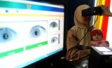 Seorang warga merekam identitas pada pembuatan KTP elektronik (E-KTP) di Kecamatan Senapelan, Pekanbaru, Senin (30/4).