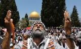 Seorang warga Palestina berdoa usai menunaikan shalat Jumat di Masjidil Al Aqsa (Ilustrasi)