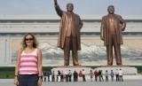 Seorang wisatawan tengah berfoto di Monumen pemerintahan Korea Utara. Mulai Rabu (22/1), Korea Utara tutup akses turis asing masuk ke negaranya menyusul merebaknya pneumonia akibat virus korona jenis baru.