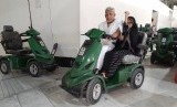 Sepasang jamaah haji menggunakan fasilitas skuter matik untuk thawaf di Masjid Al Haram, Sabtu (13/7). Untuk menggunakan fasilitas ini, setiap orang jamaah dikenakan biaya 50 riyal. Muhammad Hafil / Republika