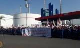 Serikat Pekerja Pertamina Balongan menggelar demo penolakan pengalihan bisnis LNG ke PGN.