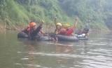 Serunya tubing di Kali Ciliwung