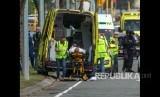 Seseorang yang terluka dimasukkan ke dalam ambulans setelah penembakan yang mengakibatkan banyak kematian dan cedera di Masjid Al Noor di Deans Avenue di Christchurch, Selandia Baru, (15/3 2019).