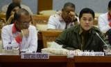 Sesmenpora Gatot S Dewa Broto (kiri, dan Ketua Umum Komite Olimpiade Indonesia (KOI) dan Ketua Inasgoc Erick Thohir mengikuti rapat dengar pendapat dengan Komisi X DPR di Kompleks Parlemen Senayan, Jakarta, Selasa (12/9).
