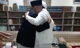 Setiayardi memeluk Habib Riziek di Makkah