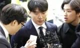 Seungri tiba kantor kepolisian Seoul, Korsel, Kamis (14/3). Seungri hendak menjalani pemeriksaan kasus pemberian jasa prostitusi ke klien bisnisnya.