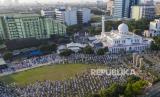 Sholat Idul Adha 1441 H di lingkungan Masjid Al-Azhar, Jakarta, Jumat (31/7/2020).