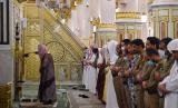 Masjidil Haram dan Masjid Nabawi Gelar Sholat Idul Fitri. Sholat berjamaah di Raudhah, Masjid Nabawi, Madinah, Arab Saudi. Ilustrasi
